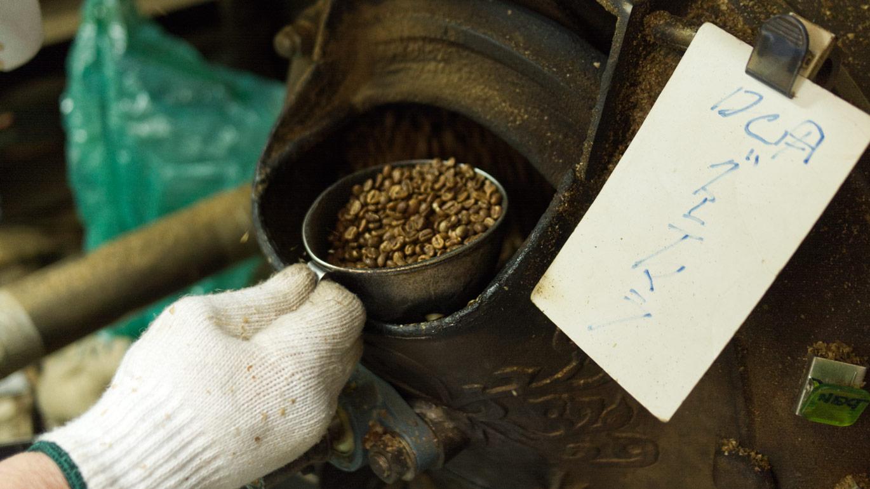 ロースト中の製造機から豆を取り出して状態を確認しているところ