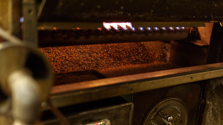 ロースト中の製造機内の様子、ガスで炎があがる